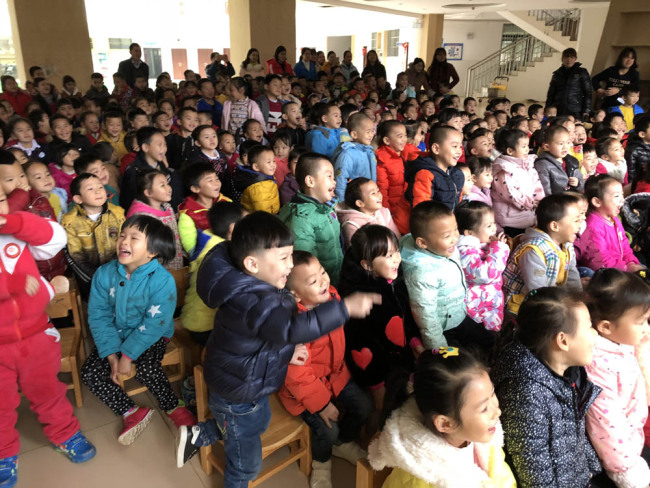 Children of a primary school in a Chinese border city enjoy the charity drama shows provided by the China National Theatre for Children on Jan 16, 2018.[Photo: provided to China Plus]